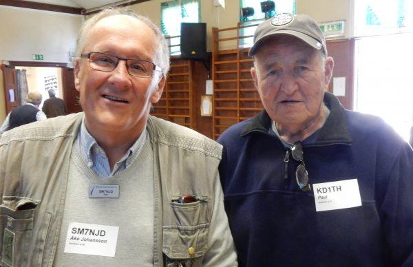 Två av SK7RN:s medlemmar som besökte auktionen i Växjö: Åke SM7NJD från Borgholm samt Paul KD1TH från Nedra Sandby, Bredsättra och New Hampshire. FOTO © Erik SM7DZV