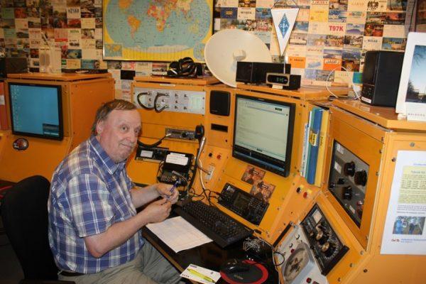 SM0YXI Robert ställde välvilligt upp och visade radiostationen på Tekniska Museet. Foto: Åke/SM7NJD