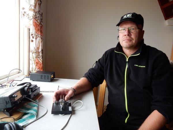 Joakim SM7WNM testar konditionerna sedan man noterat upp antennerna vid Långe Erik. FOTO Erik SM7DZV