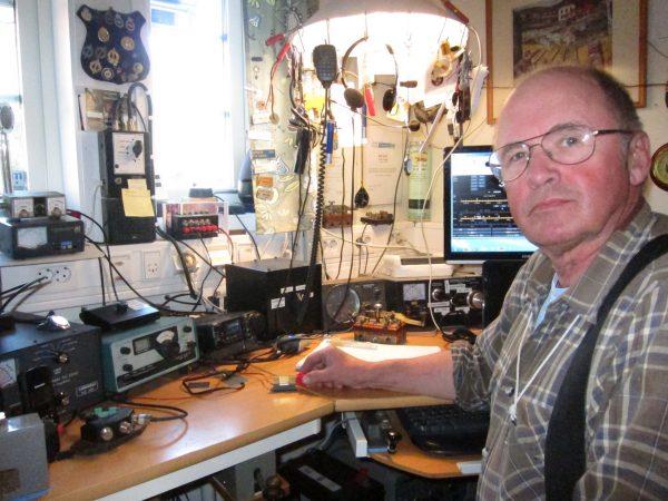 Erik Nyberg, SM7DZV, vid sin radio, hemma, gläds åt att få nya kollegor i etern